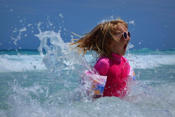 glad pige i havet